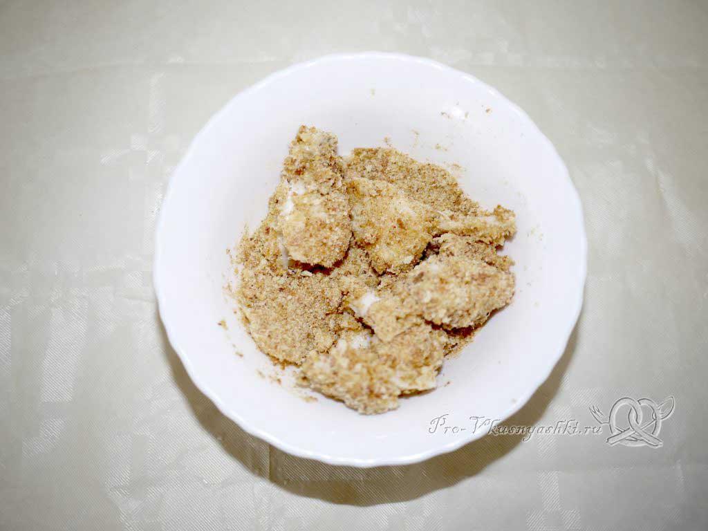 Вкусный салат из минтая - рыба в сухарях
