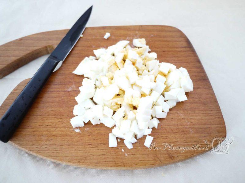 Вкусный салат из минтая - нарезаем яйцо