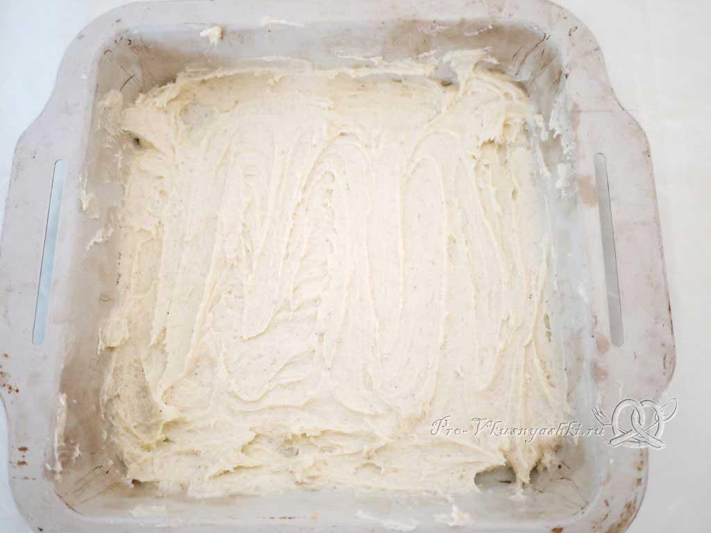 Песочное печенье с вареньем и крошкой - распределяем тесто по дну формы