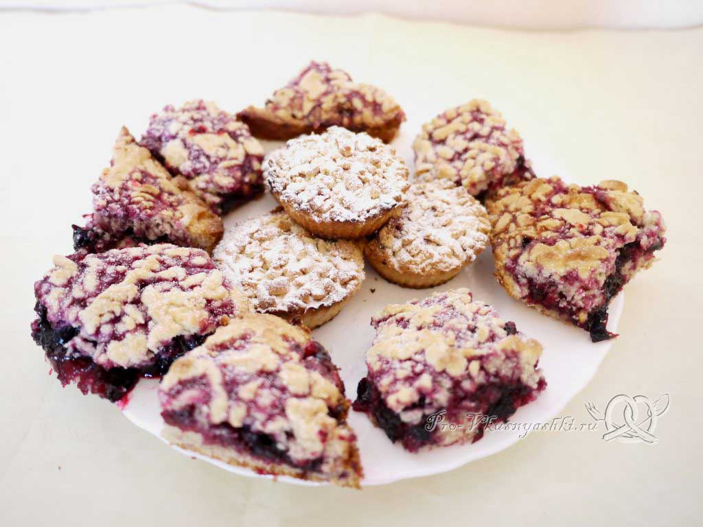 Песочное печенье с вареньем и крошкой - подача