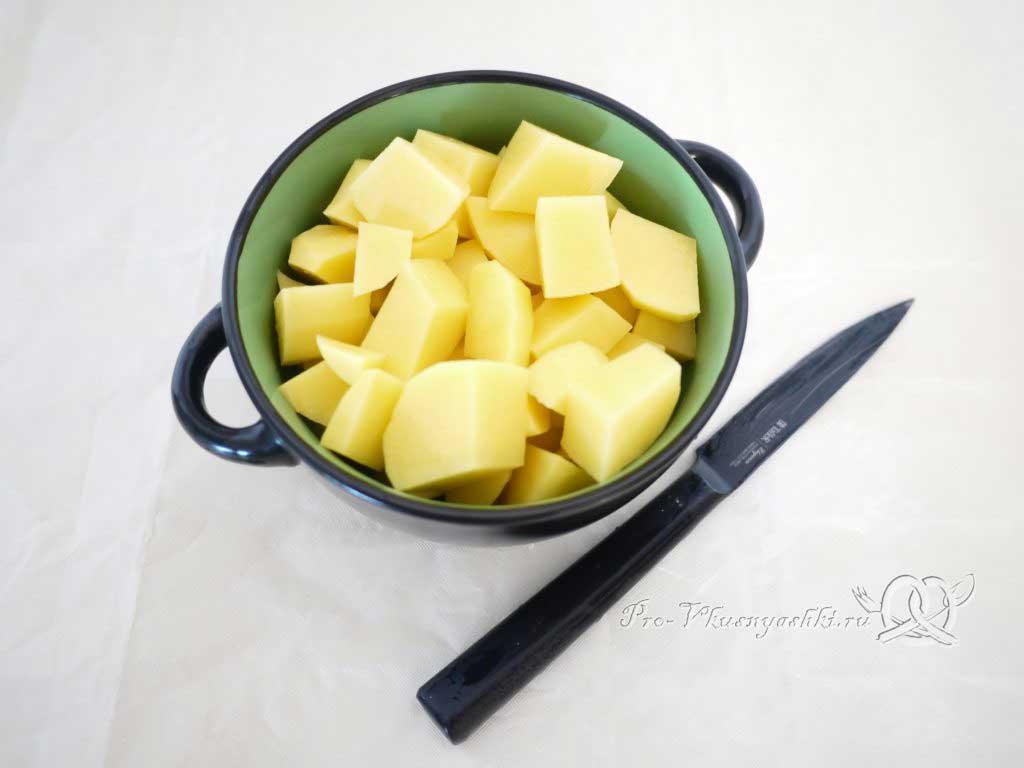 Грибной суп из шампиньонов - нарезаем картофель
