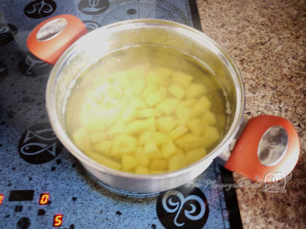Грибной суп из шампиньонов - варим картофель