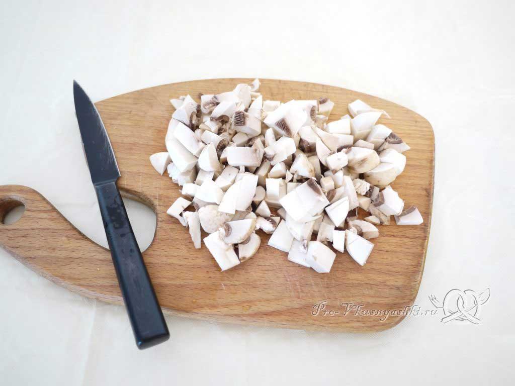 Грибной суп из шампиньонов - нарезаем грибы