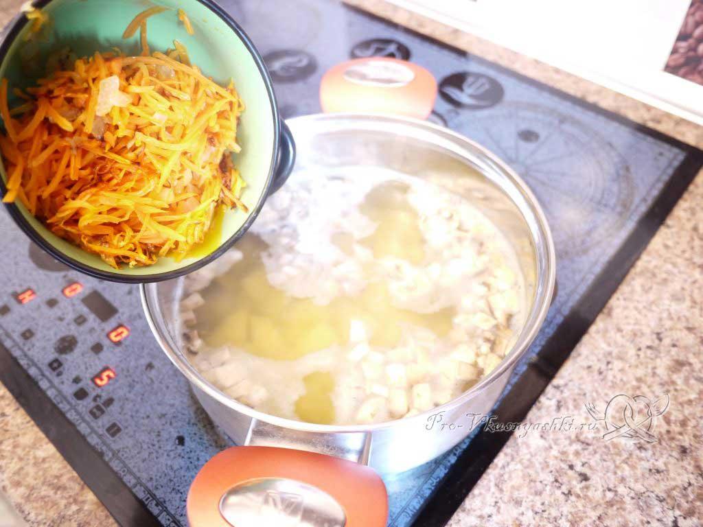 Грибной суп из шампиньонов - добавляем в суп зажарку