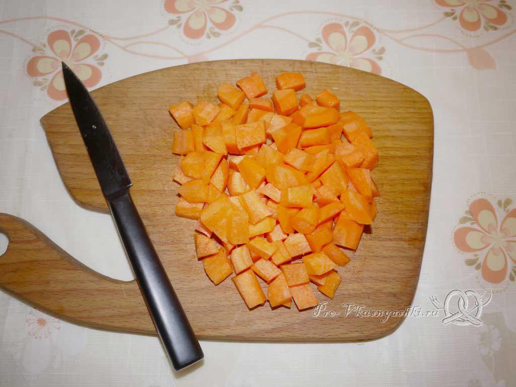 Постный гороховый суп с сухариками - нарезаем морковь