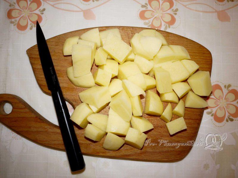 Постный гороховый суп с сухариками - нарезаем картофель