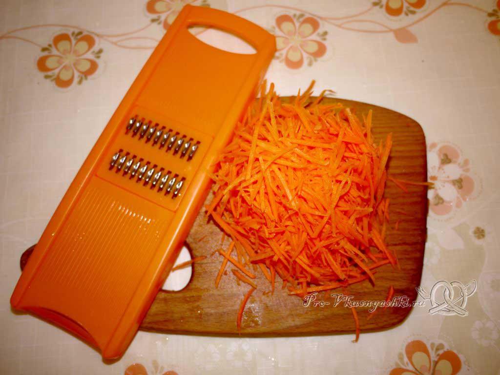 Тушеная капуста с картофелем - натираем морковь