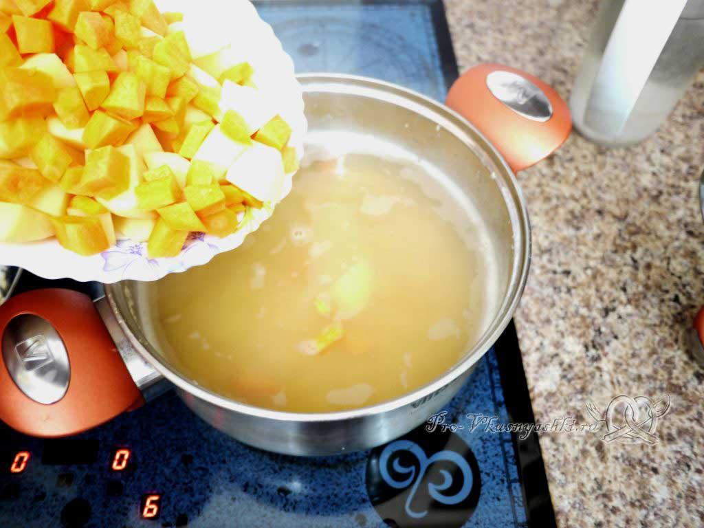 Постный гороховый суп с сухариками - добавляем овощи