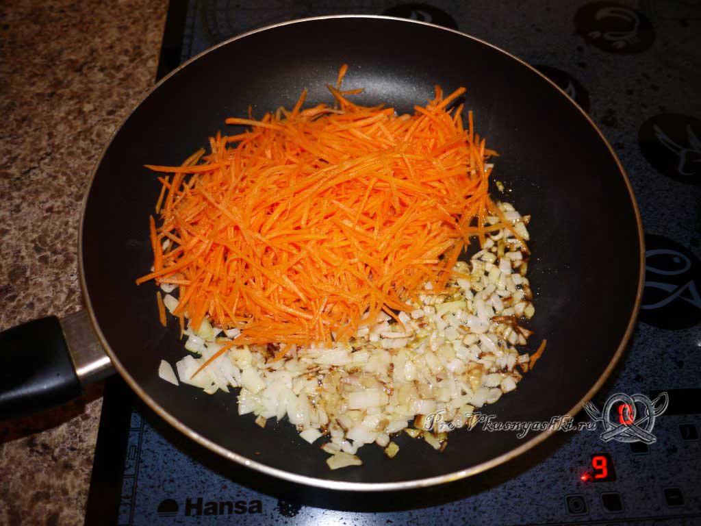 Тушеная капуста с картофелем - жарим морковь