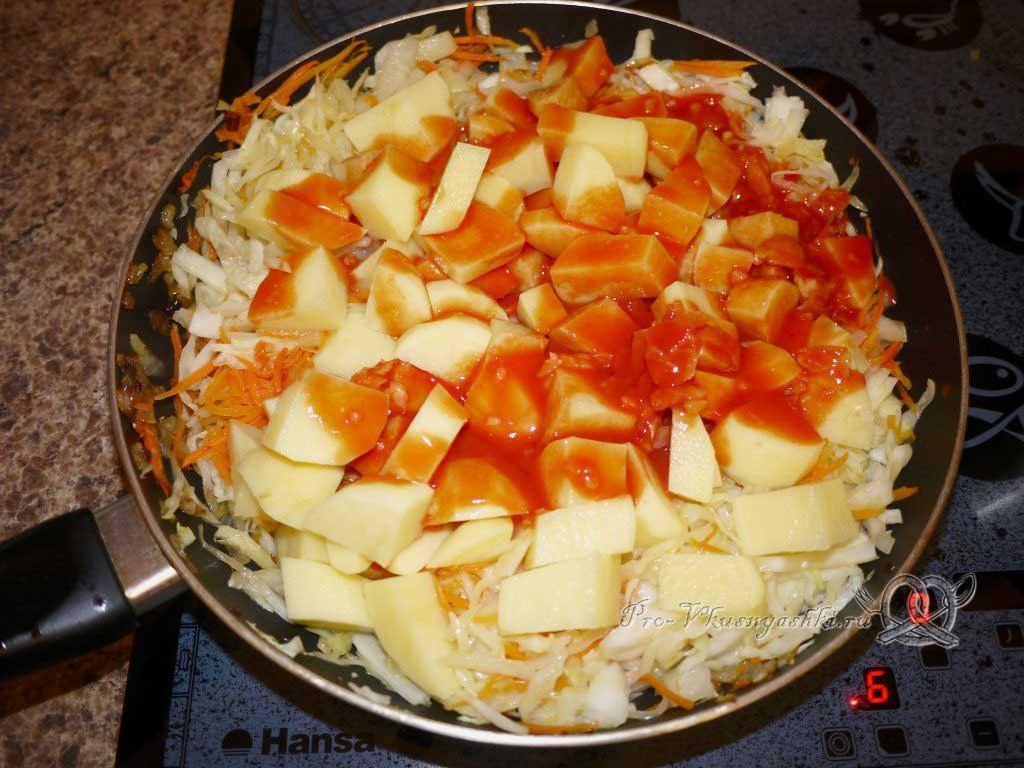Тушеная капуста с картофелем - добавляем томатную пасту