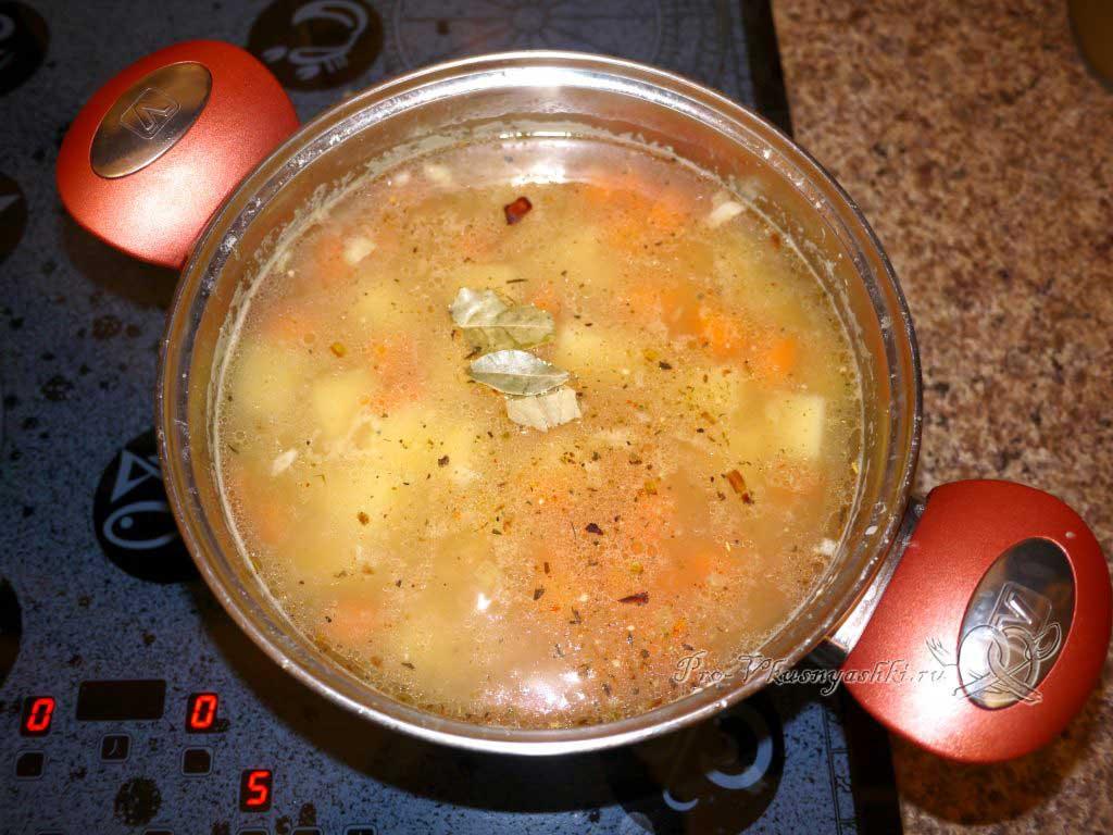 Постный гороховый суп с сухариками - добавляем соль и специи