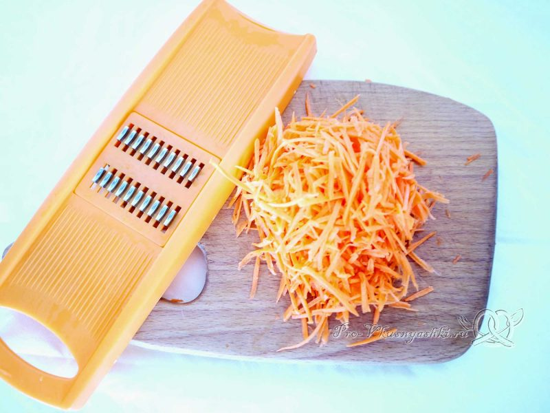 Рассольник с перловкой и курицей - измельчаем морковь