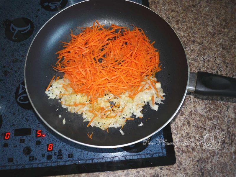 Рассольник с перловкой и курицей - обжариваем морковь