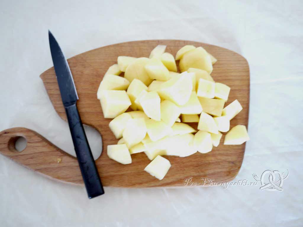 Рассольник с перловкой и курицей - нарезаем картофель
