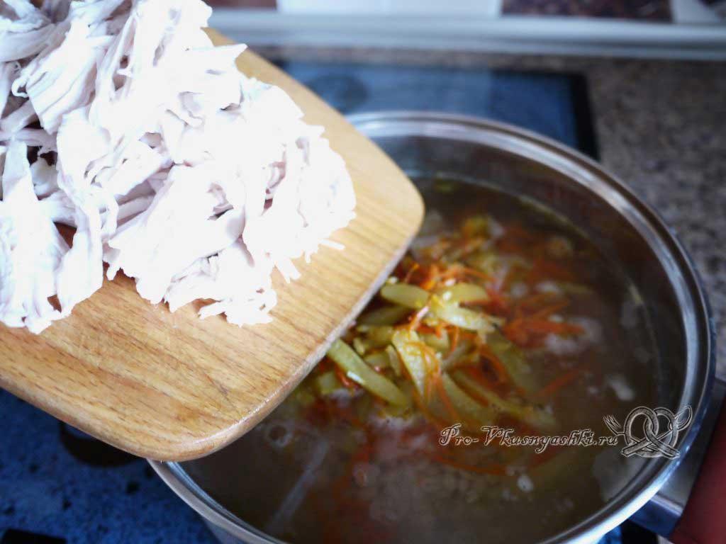 Рассольник с перловкой и курицей - добавляем курицу в суп