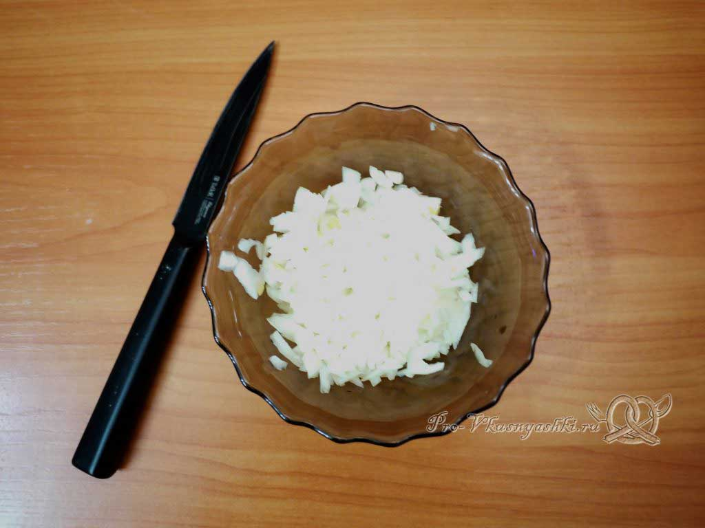 Винегрет с солеными огурцами - шинкуем лук