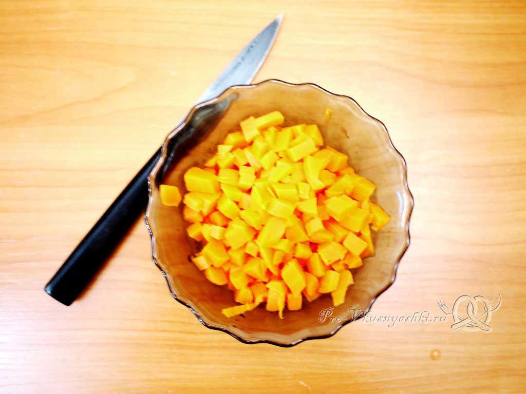 Винегрет с солеными огурцами - нарезаем морковь