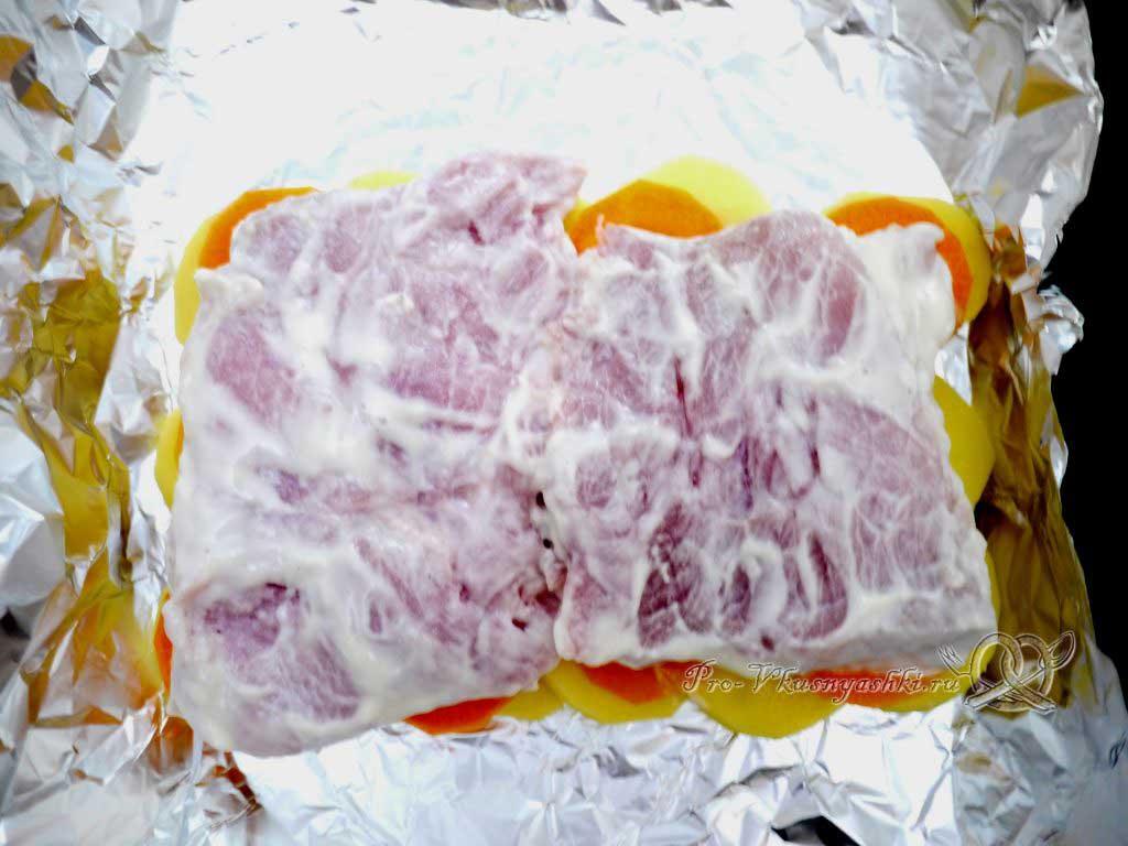 Мясо по-французски с картофелем - выкладываем мясо