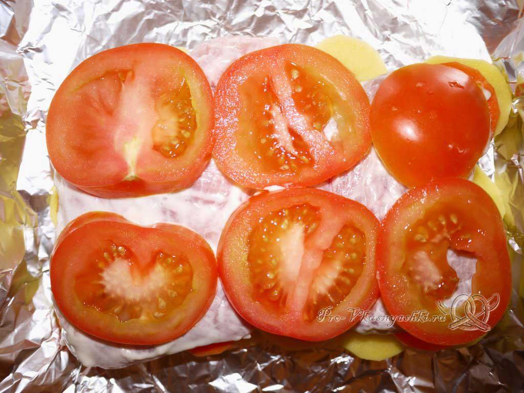 Мясо по-французски с картофелем - выкладываем помидоры