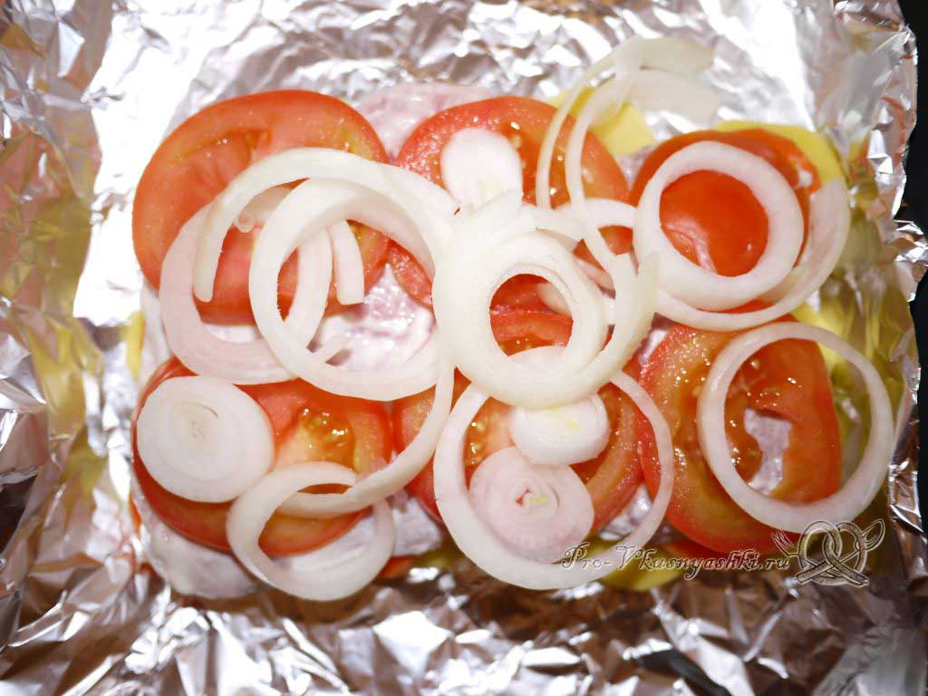 Мясо по-французски с картофелем - выкладываем лук