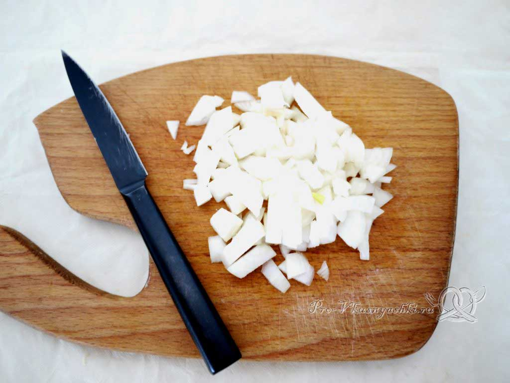Рис с овощами на сковороде - нарезаем лук