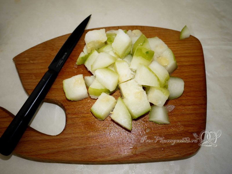 Овощное рагу с кабачками и картофелем - нарезаем кабачок