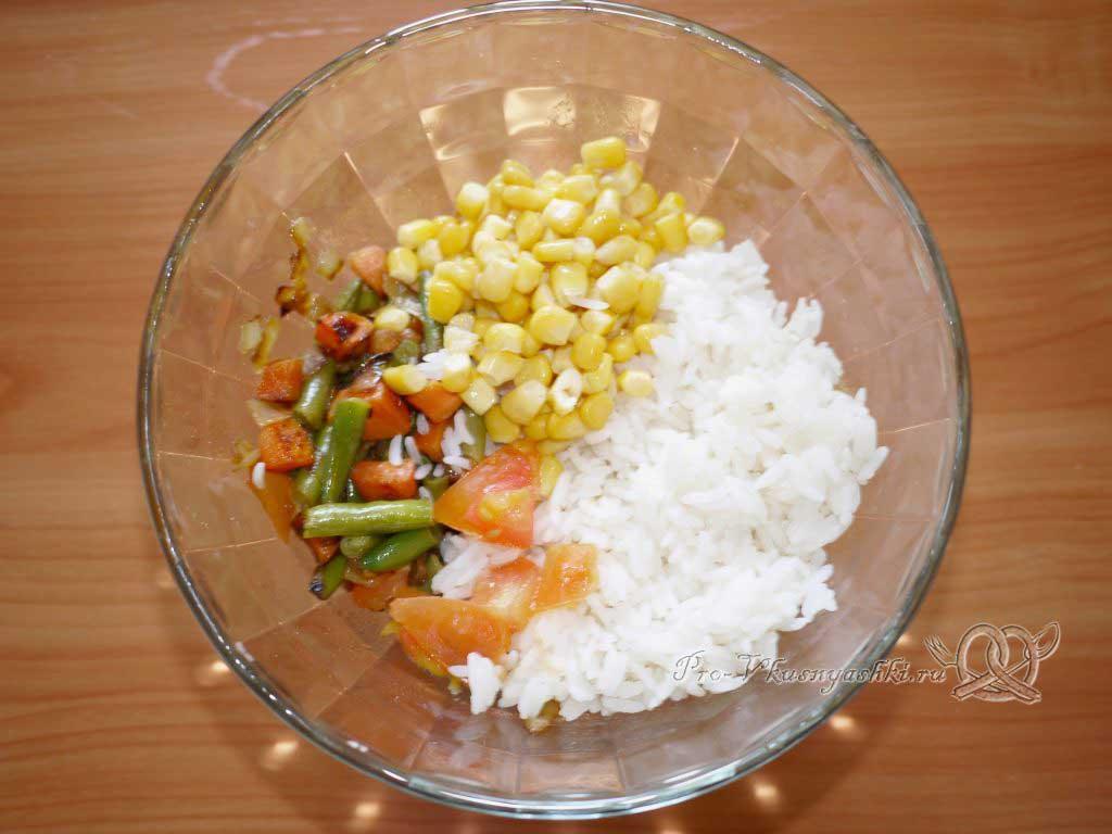 Рис с овощами на сковороде - перемешиваем рис и овощи
