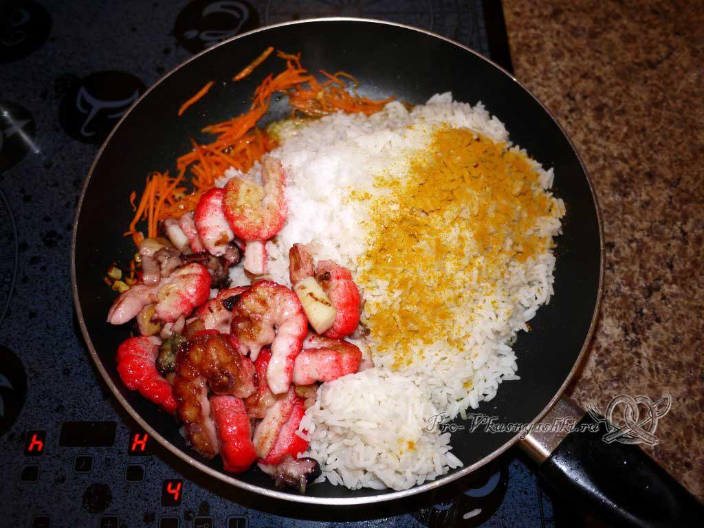 Рис с морепродуктами (Паэлья) - смешиваем рис, морепродукты и овощи