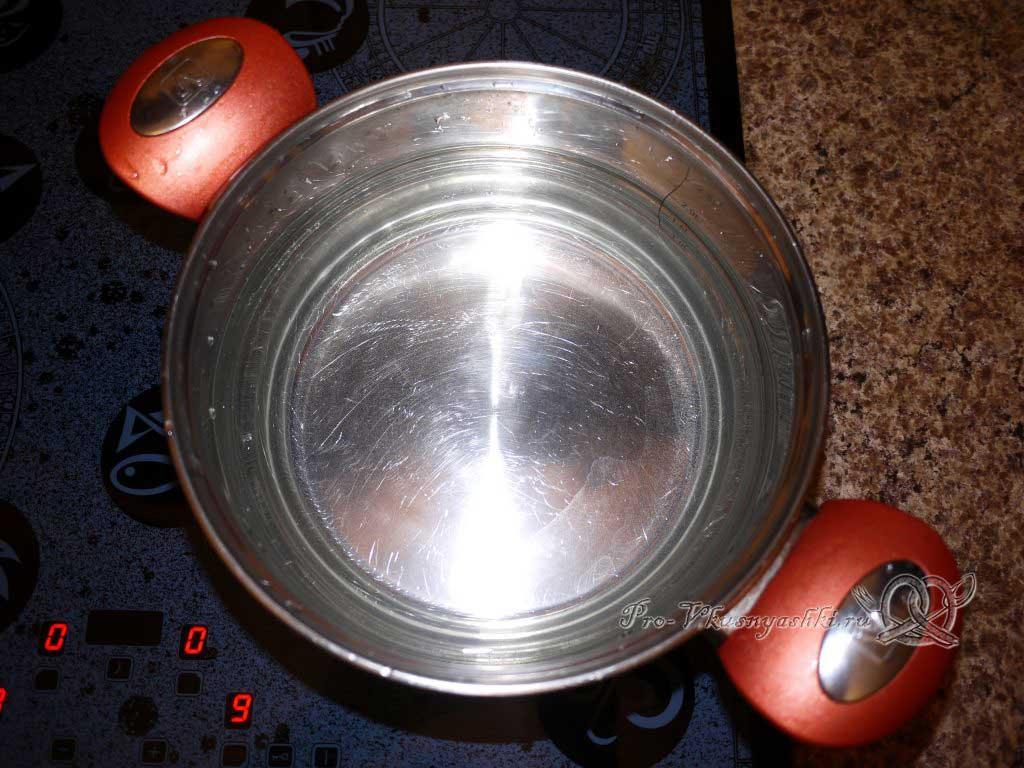 Вареный картофель с зеленью и маслом - кипятим воду