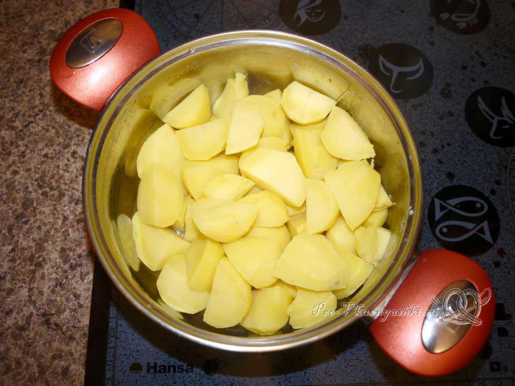 Вареный картофель с зеленью и маслом - сливаем воду