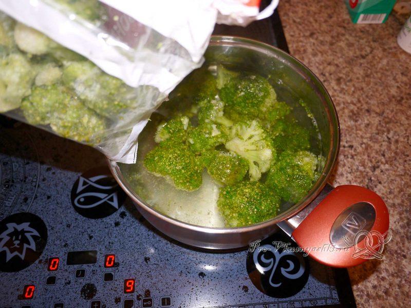Вареная капуста брокколи - кладем брокколи в воду