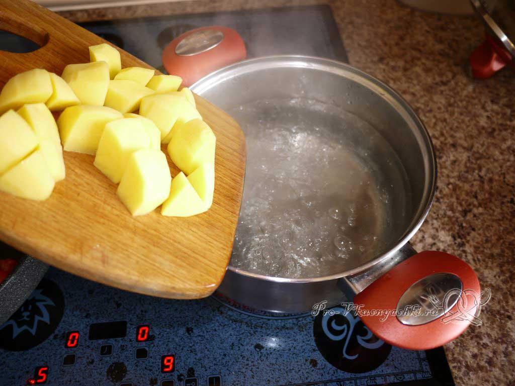 Постный овощной суп - закладываем картофель в суп