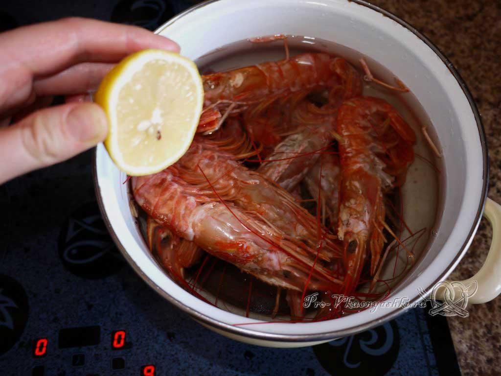 Овощной салат с креветками и сыром - добавляем лимон в креветки