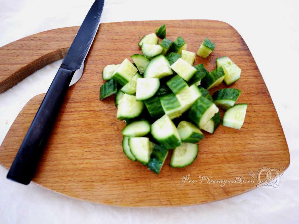 Овощной салат с креветками и сыром - нарезаем огурцы