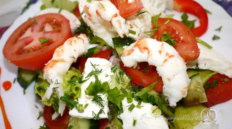 Овощной салат с креветками и сыром - подача