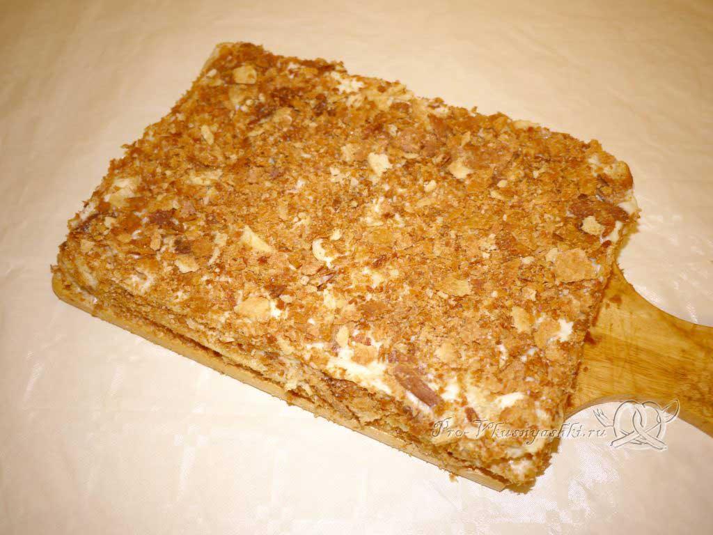 Торт Наполеон классический с заварным кремом - посыпаем торт крошкой