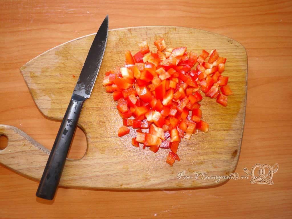 Домашний сыр с зеленью и сладким перцем - нарезаем перец