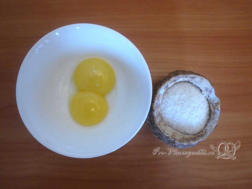 Кулич из заварного теста - смешиваем желтки с солью
