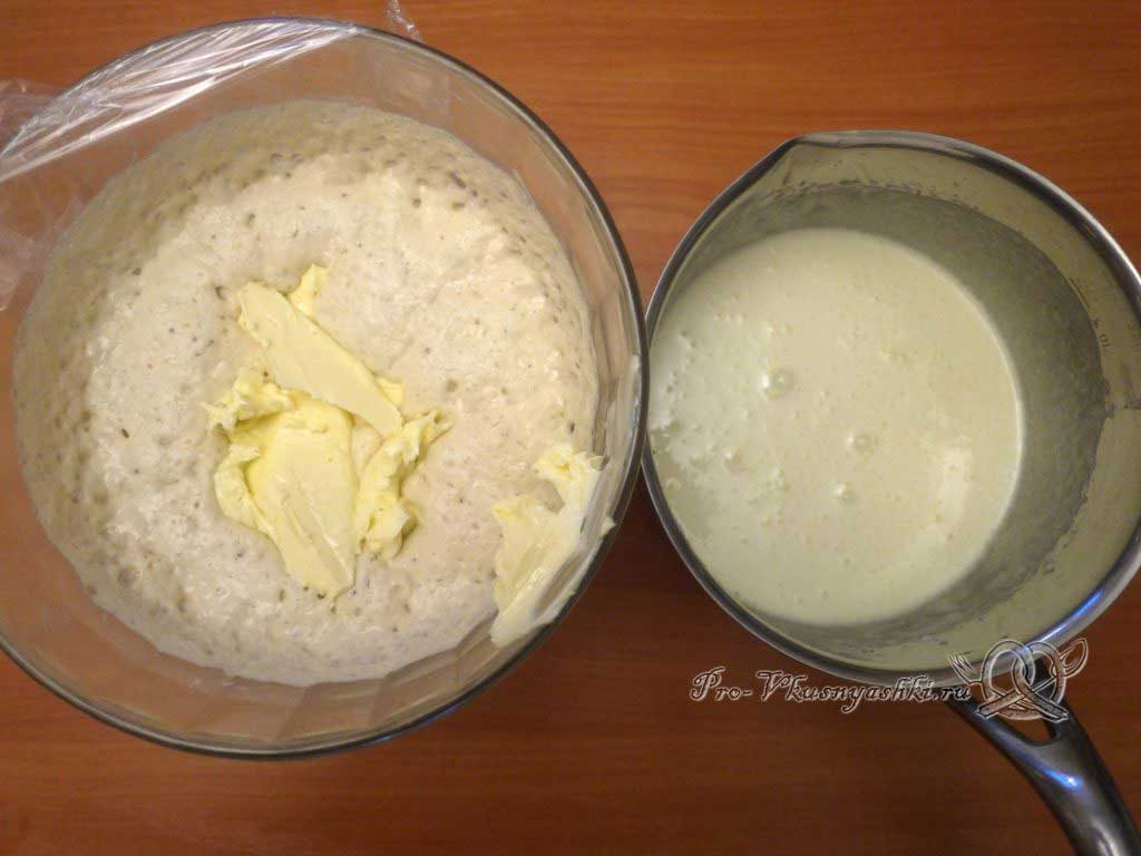 Кулич классический на опаре - добавляем в опару масло и сахарную смесь