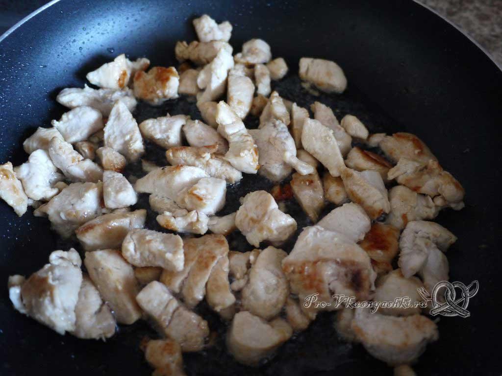 Тушеная квашеная капуста с курицей на сковороде - жаренное мясо