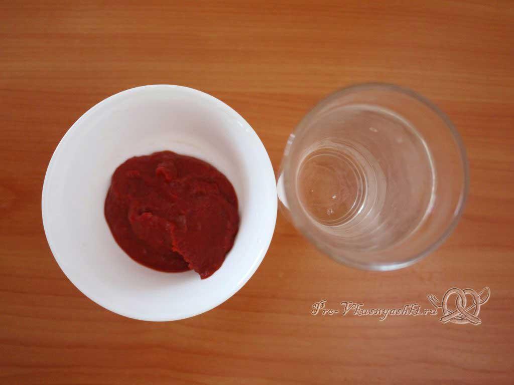 Тушеная квашеная капуста с курицей на сковороде - вода и томатная паста