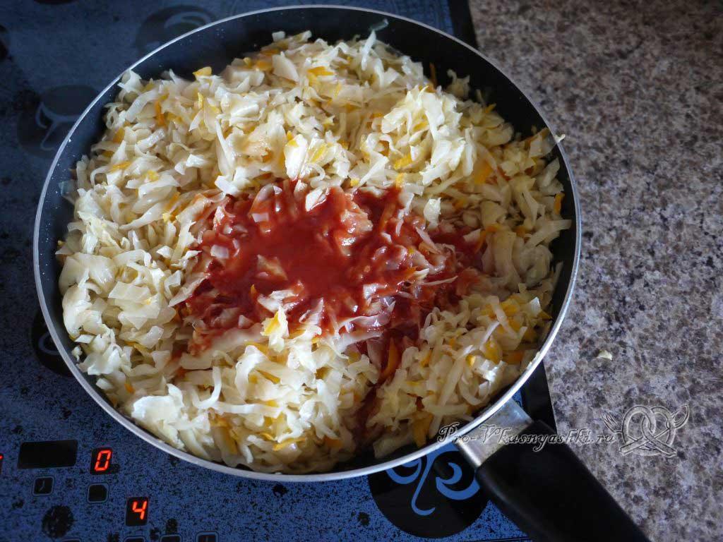 Тушеная квашеная капуста с курицей на сковороде - добавляем томатную пасту