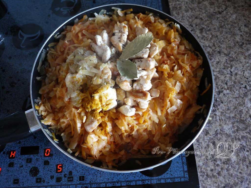 Тушеная квашеная капуста с курицей на сковороде - добавляем мясо и лук