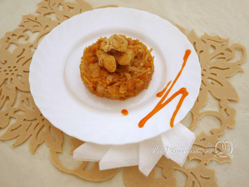 Тушеная квашеная капуста с курицей на сковороде - подача