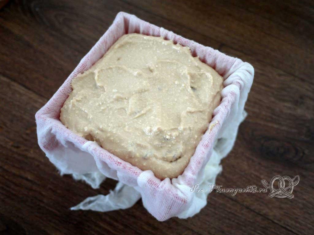 Творожная Пасха со вкусом карамели - выкладываем массу в форму