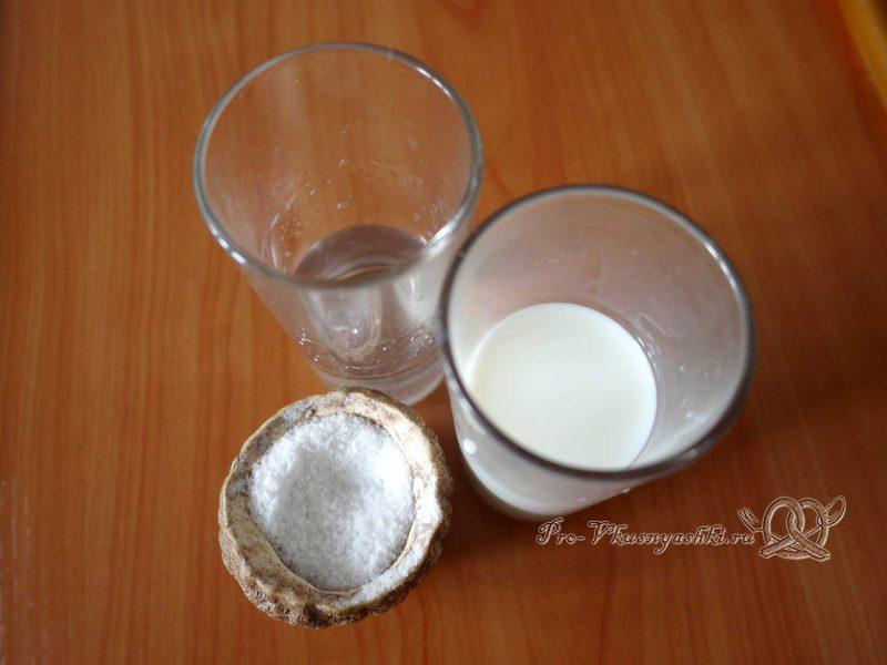 Вкусные домашние пельмени - смешиваем воду и молоко