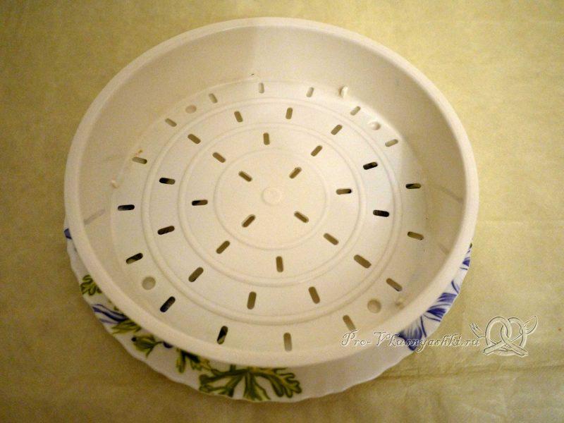 Заварная творожная Пасха - дуршлаг на тарелке
