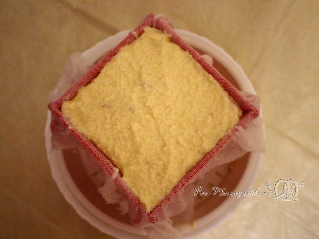 Королевская Пасха из молока - выкладываем творожную основу в форму