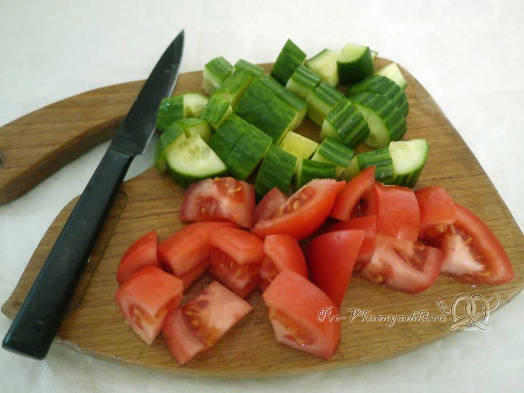 Греческий салат в домашних условиях - нарезаем огурцы и помидоры