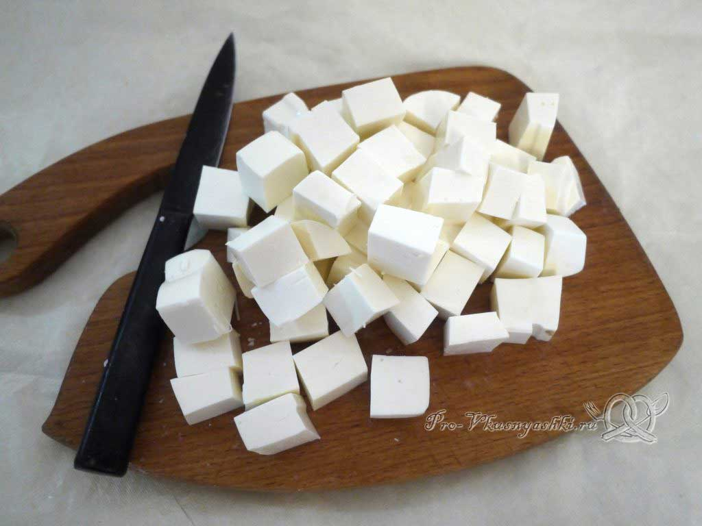 Греческий салат в домашних условиях - нарезаем сыр